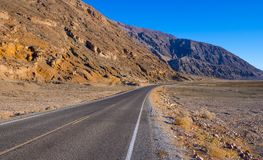 风景路线通过死亡谷国家公园-幽静路在沙漠 库存图片