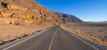 风景路线通过死亡谷国家公园-幽静路在沙漠 库存照片