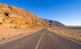 风景路线通过死亡谷国家公园-幽静路在沙漠 免版税库存照片