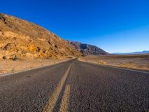 风景路线通过死亡谷国家公园-幽静路在沙漠 免版税库存图片