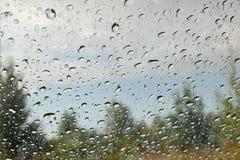 风景通过在玻璃的雨珠 免版税图库摄影