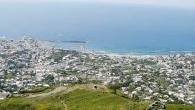 风景镇沿面对蓝色镇静水的海岸传播了在晴天,全景 股票视频