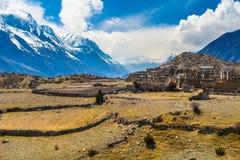 风景雪山山脉自然尼泊尔 山迁徙的风景背景 没人照片 水平亚洲的旅行 免版税库存图片