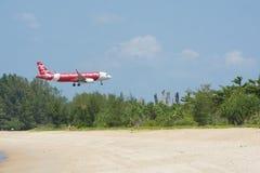 风景飞机登陆了海滩前的机场 库存照片