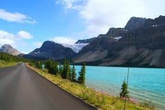 风景驱动通过山岭地区 免版税图库摄影