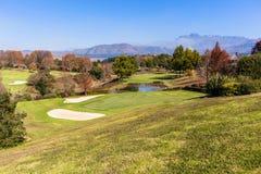 风景高尔夫球场山 图库摄影
