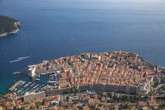 风景鸟瞰图在克罗地亚、普遍的夏天王位风景旅游目的地和比赛的著名杜布罗夫尼克里维埃拉  免版税库存图片