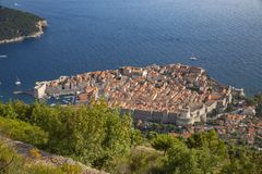 风景鸟瞰图在克罗地亚、普遍的夏天王位风景旅游目的地和比赛的著名杜布罗夫尼克里维埃拉  图库摄影