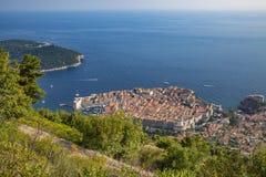 风景鸟瞰图在克罗地亚、普遍的夏天王位风景旅游目的地和比赛的著名杜布罗夫尼克里维埃拉  库存图片