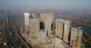 风景鸟瞰图在有建设中大厦和工业起重机的城市 放置户外站点的砖建筑 影视素材