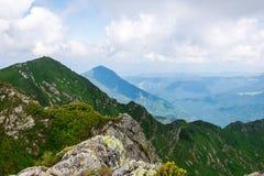 风景,旅行,旅游业 绿色山,树,草 水平的框架 库存照片