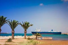 风景:口岸和船的看法在镇罗希姆诺, 库存图片