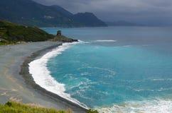 风景:海滩和塔在可西嘉岛 免版税库存图片