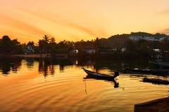 风景 与浮动小船的热带海岛日落 自然Bac 免版税图库摄影