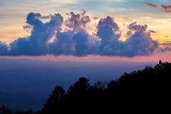 风景 在日落期间的山在泰国 严重的天空 库存图片