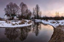 风景 在湖的日落,被反射的秋天树 库存图片