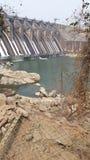 风景水坝waterfalling的natrue秀丽 免版税库存图片