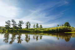 风景 湖在乌克兰在蓝色多云天空下 免版税库存图片