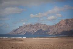 风景Famara海滩兰萨罗特岛 免版税图库摄影