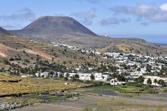 风景Haria山村由棕榈树,兰萨罗特岛,加那利群岛,西班牙sourrounded 图库摄影
