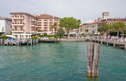 风景lago di加尔达-西尔苗内,意大利 免版税库存图片