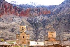 风景Novarank修道院在亚美尼亚 Noravank修道院在1205年建立了 它从耶烈万的122 km位于一道狭窄的峡谷 免版税库存照片