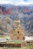 风景Novarank修道院在亚美尼亚 Noravank修道院在1205年建立了 它从耶烈万的122 km位于一道狭窄的峡谷 库存照片