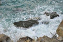风暴和石头的海景 库存图片