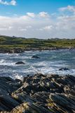 风暴在海岸的冬天挥动岩石挪威 免版税库存照片