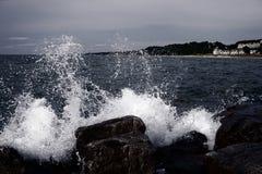 风暴处理 波浪击中了大石头 黑暗的照明 美国,密执安 免版税库存图片