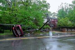 风暴损坏了在事故以后被移交的电杆汽车 免版税库存照片