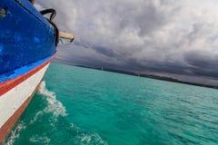 风暴来临,鲜绿色海, traditonal风船,戴安娜,北马达加斯加 免版税库存图片