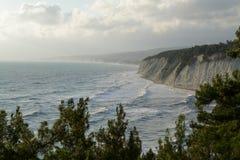 风暴海在岩石岸的波浪敲打 猬 免版税库存照片