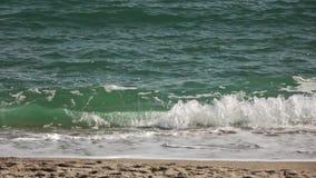 风暴海波浪全景在含沙海岸滚动夏日 慢动作,充分的HD录影, 240fps, 1080p 影视素材