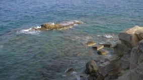 风暴海,碰撞反对在海岸的岩石的波浪 海浪在岸附近挥动 波浪沿岩石海岸跑 放松的英尺长度en 股票录像