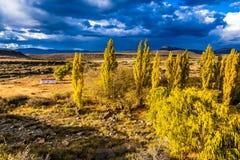 风暴进来在南部非洲的干旱台地高原的小山 库存照片