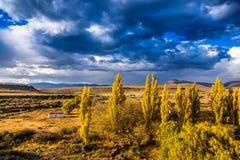 风暴进来在南部非洲的干旱台地高原的小山 免版税库存图片