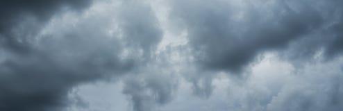风暴阴云密布天空全景  免版税库存照片