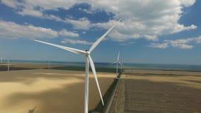 风机制是供选择的能源在正面图的黄绿色层背景的  航测 股票视频