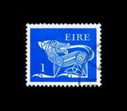 风格化狗, 7世纪别针,早期的爱尔兰艺术1971-75 serie,大约1971年 免版税库存照片