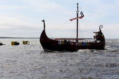 风格化船叫从巡航的北欧海盗回归 免版税库存图片