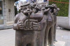 风格化音乐家铜雕塑在街市斯科普里, Maced 免版税库存照片