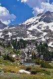风河范围的Island湖,落矶山,怀俄明,从挑运的供徒步旅行的小道的看法到从埃尔德哈特P的Titcomb盆地 免版税库存图片