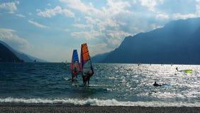 风海浪su Lago di加尔达里瓦德尔加尔达 免版税库存照片