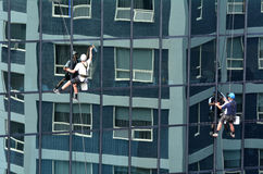 风窗清洁器在高层建筑物运作 库存图片