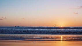 风筝冲浪的冲浪者在海浪航行 金丝雀 慢的行动 股票录像