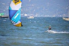风筝冲浪的强风 免版税库存照片