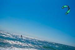 风筝冲浪者乘波浪 库存照片