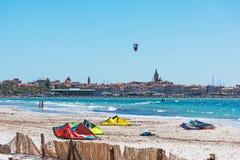 风筝冲浪者在阿尔盖罗沿海岸区 库存图片