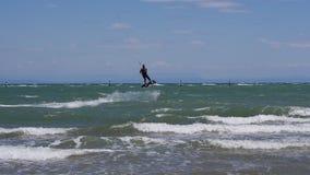 风筝冲浪者跳过波浪 影视素材